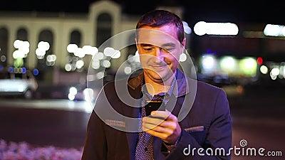 Obsługuje sms texting używać app na mądrze telefonie przy nocą zbiory wideo