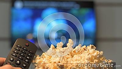 Observation d'un film à la TV futée banque de vidéos