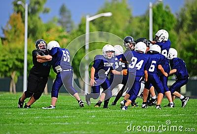 Obstrução do futebol americano da juventude Fotografia Editorial