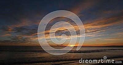Océan au coucher du soleil, Camargue dans le sud-est de la France, temps réel banque de vidéos