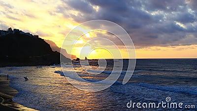 Océan jaune de coucher du soleil avec des surfers clips vidéos