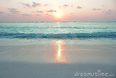 Océano de la turquesa en salida del sol
