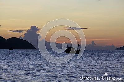 Océano en la salida del sol