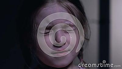 Occhi di chiusura della bambina sveglia dall'orrore e dal gridare, timori di infanzia, primo piano archivi video