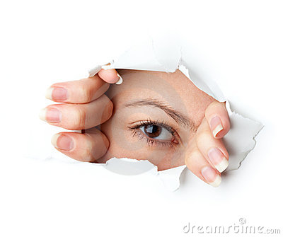 Occhio che osserva attraverso il foro