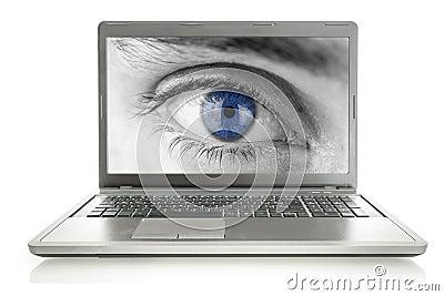 Occhio umano sullo schermo del computer portatile