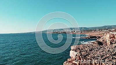 Oceaan golven Grote golven die op rotsachtig strand raken Overzeese golven van Middellandse Zee Het eiland van Cyprus Antenne van stock video