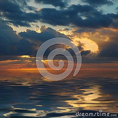 Ocean nad pokojowym wschodem słońca