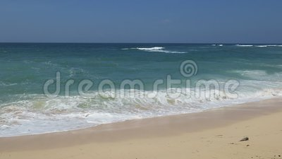 Oceano Índico e praia branca da areia em Bali Indonésia filme