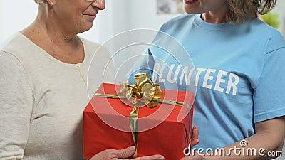 Ochotniczy daje urodzinowy prezent emeryt, dobroczynności pojęcie, wsparcie finansowe zbiory wideo