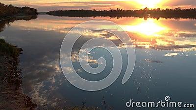 Odbicie chmurny jesieni niebo w wodzie rzecznej zbiory