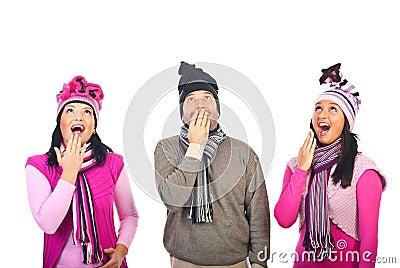 Odbitkowej grupy przyglądający ludzie zaskakujący zaskakiwać
