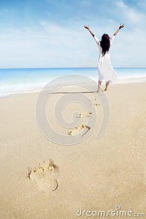 Odcisk stopy i beztroska kobieta