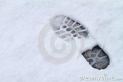 Odcisk stopy nad śniegiem