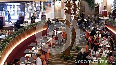 Odgórny strzał ludzie cieszy się jedzenie wśrodku Chińskiej restauracji