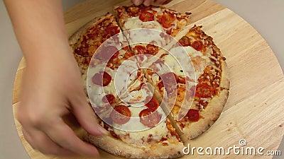 Odgradzanie pizzy kawałki zdjęcie wideo