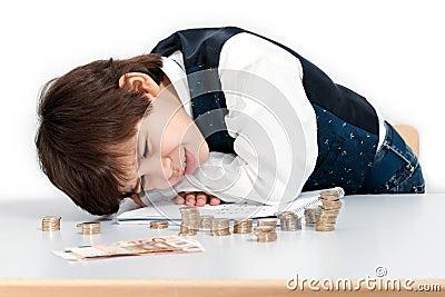 Odliczający dziecko pieniądze