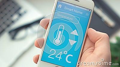 Odmienianie temperatura na mądrze domu app na smartphone zbiory wideo