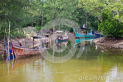 Łodzie rybackie przy rzeką w Koh Kho Khao