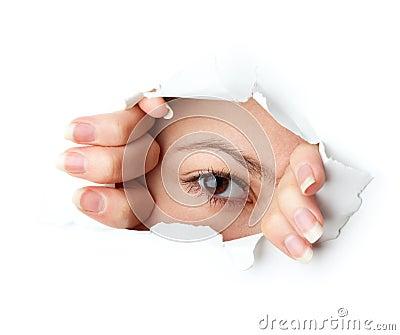 Oeil regardant par le trou
