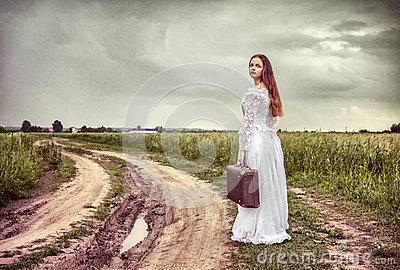 The offended bride going with an old suitcase
