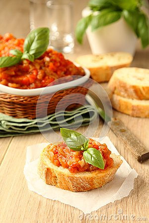 Offene Sandwiche mit Auberginensalat (Kaviar), ukrainische Nahrung