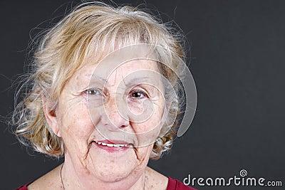 Offenes Porträt der älteren Frau