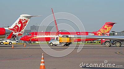 Offizielle Aufdeckung Die Fläche der Fluglinie Rusline geschleppt durch den Flughafen stock video
