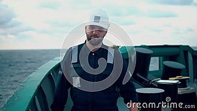 Oficial de cubierta marina o compañero principal en cubierta de buques o buques marinos metrajes