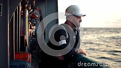 Oficial de cubierta marina o compañero principal en cubierta de buques o buques marinos almacen de metraje de vídeo