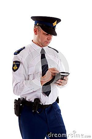 Oficial de policía holandés que completa el boleto de estacionamiento.