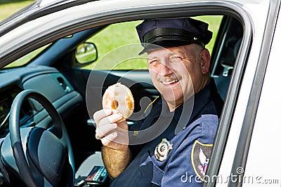 Oficial e filhós de polícia
