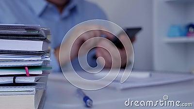 Oficina interior de la imagen borrosa con el hombre de negocios que usa la comunicación del teléfono móvil almacen de metraje de vídeo