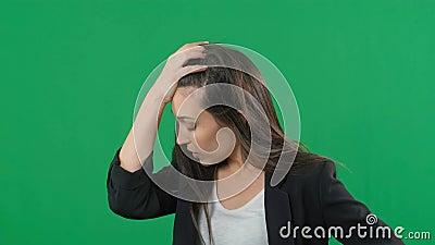 Ohygglig, stress, chock Kvinna-porträtt isolerat på grönskärmbakgrund Unga känslomässigt överraskade kvinnor klaspar arkivfilmer