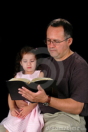 Ojciec czyta biblię dziecka