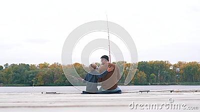 Ojciec i syn łowimy na molu zbiory wideo