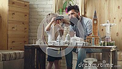Ojciec i syn w poszukiwaniu przygody Przygoda zaczyna teraz Odkrywać nowych miejsca Małe dziecko i mężczyzna z zbiory wideo