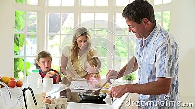 Ojciec Robi Rozdrapanym jajkom Dla Rodzinnego śniadania W kuchni zbiory wideo