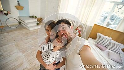 Ojciec szczęśliwy rodzinny bierze selfie wideo na kamerze w sypialni zbiory