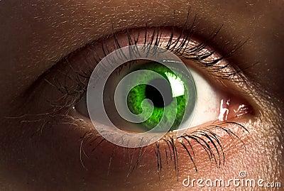 Ojo humano de color verde oscuro.
