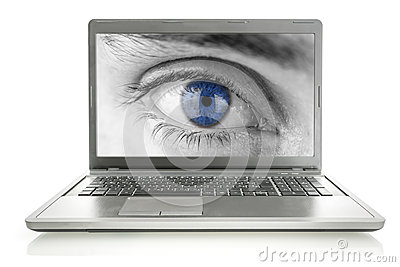 Ojo humano en la pantalla del ordenador portátil
