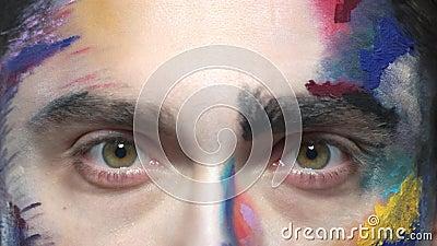 Ojos del hombre asustado almacen de metraje de vídeo
