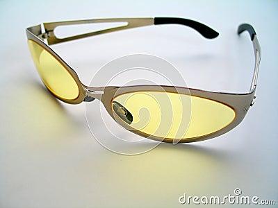 Okulary przeciwsłoneczne podbarwione żółty