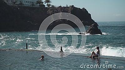 Olas oceánicas azotando a la gente almacen de metraje de vídeo
