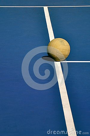 Free Old And Worn Volleyball On Court Royalty Free Stock Photo - 117890095