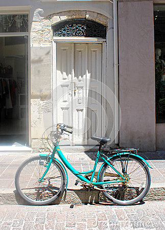 Free Old Building With White Door And Vintage Parked Bicycle, Greece Stock Image - 62763251