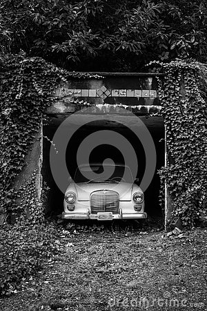 Free Old Car In An Overgrown Driveway Stock Photography - 145062062