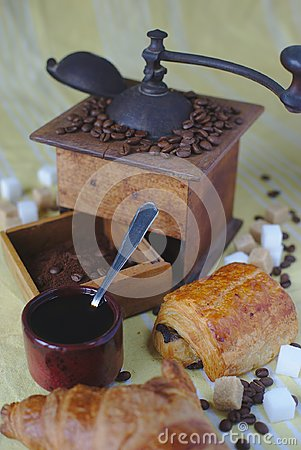Free Old Coffee Grinder, Cup, Spoon And Sugars. Chocolate Bread And Croissant Royalty Free Stock Images - 115689309