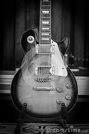 Free Old Electric Guitar In Black And White Royalty Free Stock Images - 63762019