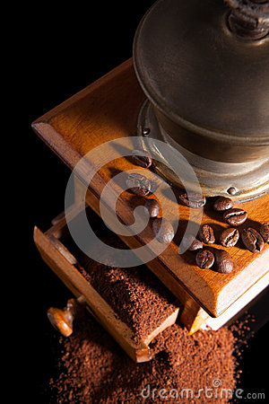 Free Old Vintage Coffe Mill With Ground Coffee. Royalty Free Stock Images - 31135449
